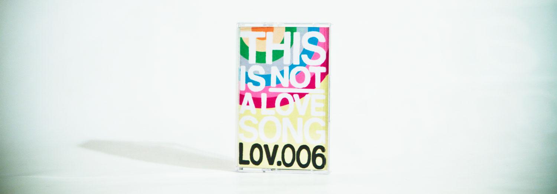 """This Is NOT a Love sONg TINALS Ogni cassetta una canzone d'amore illustrata Un serbatoio infinito di canzoni d'amore universali dal quale attingono creativamente fumettisti, illustratori e grafici per dare vita a musicassette di carta immaginifiche. Quel """"not"""" sottolinea"""